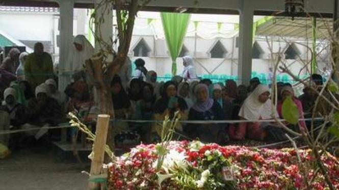 Makam Gus Dur diberi pembantas