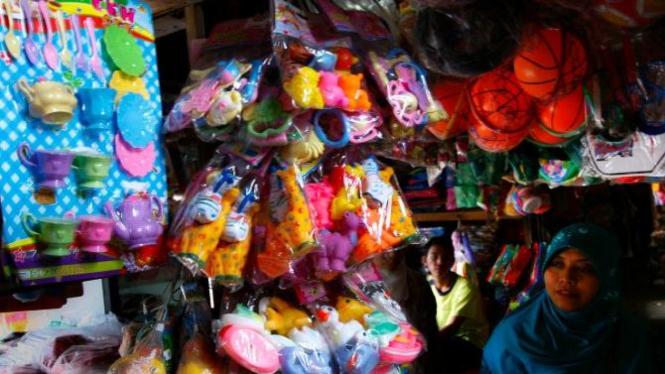 penjual mainan anak di Pasar Gambrong, Kampung Melayu, Jakarta