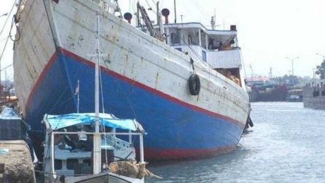 Kapal bersandar di dermaga Surabaya