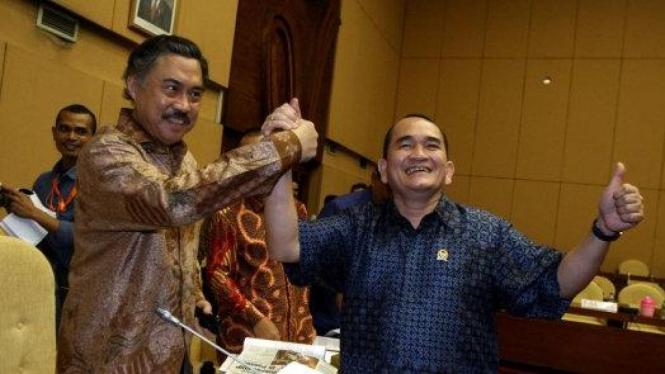 Politisi PDIP Gayus Lumbuun berjabatan dengan politisi Demokrat Ruhut Sitompul