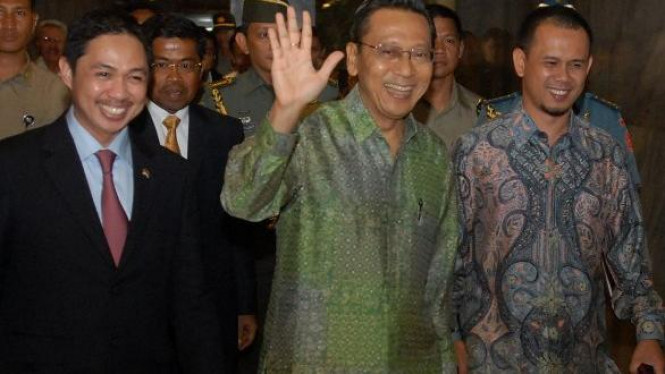 Boediono diapit dua politisi PKS Mahfudz Siddiq & Anis Matta