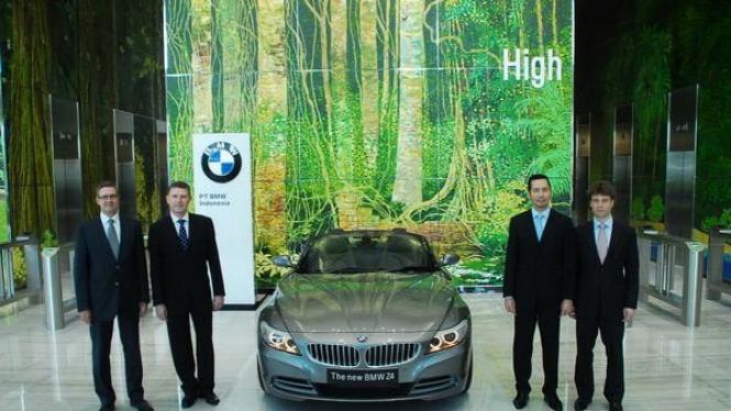 Presdir BMW Indonesia Ramesh Divyanathan (2 dari kanan)