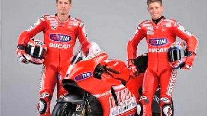 Nicky Hayden (kiri) dan Casey Stoner bersama Ducati GP10