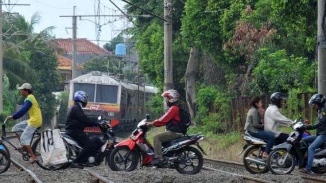 Perlintasan kereta api ilegal.