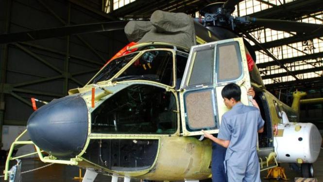 Teknisi PT Dirgantara Indonesia merakit Helikopter Super Puma NAS 332
