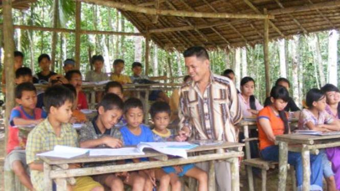 Suku asli Riau, Talang Mamak, belajar baca tulis di sekolah seadanya