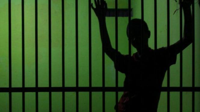 Seorang penghuni sel berdiri di salah satu blok ruang sel Lembaga Pemasyarakatan (Lapas)