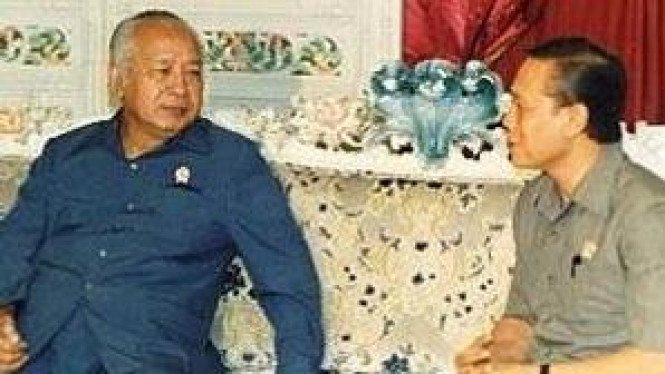 Mantan Menteri Penerangan, Harmoko (kanan)