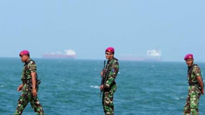 Marinir patroli di Pulau Nipah, pulau terluar berbatasan dengan Singapura.