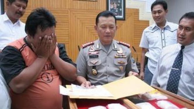 Kurir sabu Rp 1,5 miliar saat diamankan di Polwiltabes Surabaya.