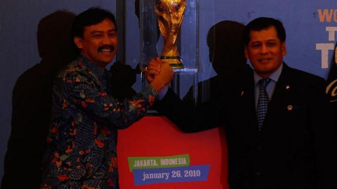 Trofi Piala Dunia Datang ke Jakarta : Andi Mallarangeng dan Nurdin Halid