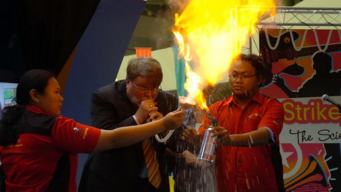 Ketua DPR Australia, Harry Jenkins, mencoba karya ilmiah pelajar Indonesia