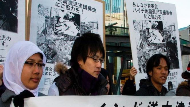 Mahasiswa Indonesia dan Jepang saat terlibat aksi galang dana gempa Haiti di Tokyo beberapa waktu silam.