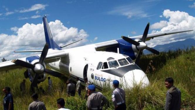 Antonov dengan dua baling-baling terperosok di Bandara Wamena