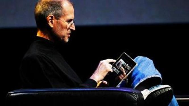 Steve Jobs bermain iPad