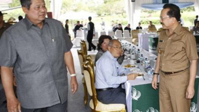 Presiden SBY, Mari E Pangestu, Kuntoro M, dan Fauzi Bowo di Istana Cipanas