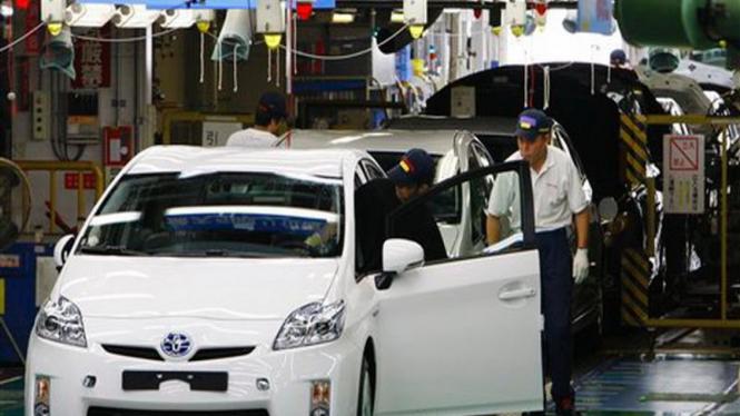 Produksi mobil Toyota Prius di Jepang