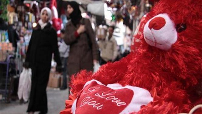 Boneka beruang edisi Valentine dipajang di Damaskus, Suriah