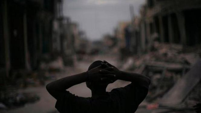 Seorang pria Haiti terpana melihat Ibukota Port-au-Prince pasca gempa