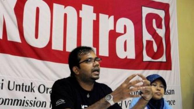 Aktivis Kontras Haris Azhar (kiri) dan Sri Suparyati