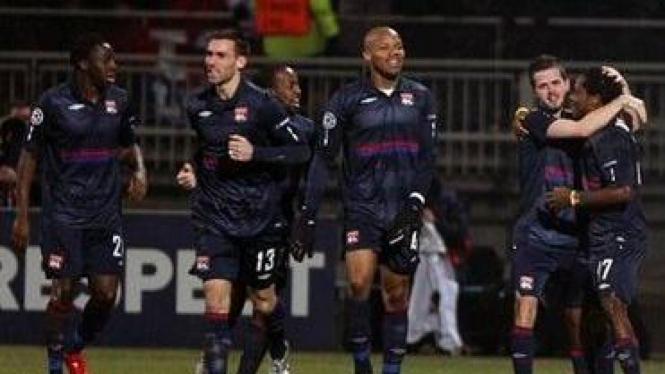 Pemain Lyon rayakan gol Jean Makoun
