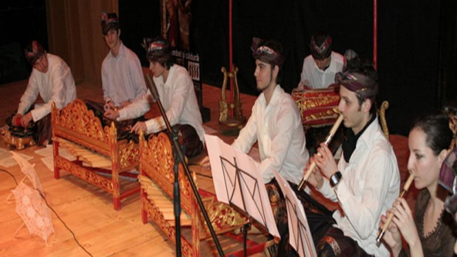Sejumlah muda-mudi Rumania memainkan gamelan Bali