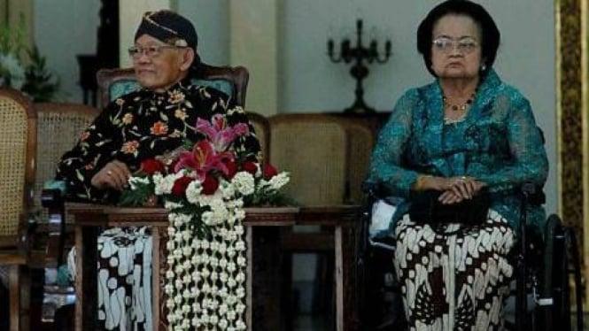 KGPAA Paku Alam (PA) IX (kiri) beserta istri GKRAA Paku Alam