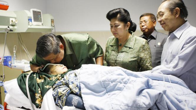 Presiden SBY jenguk Ibunda Hj Siti Habibah di RS Husada