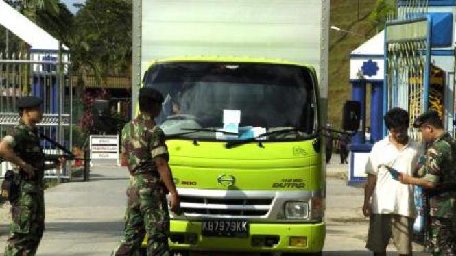 TNI AD cek surat dan kendaraan di perbatasan RI-Malaysia di Entikong