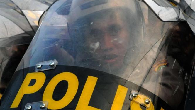 Demonstran Kembali Bentrok Dengan Aparat di Depan Gedung DPR