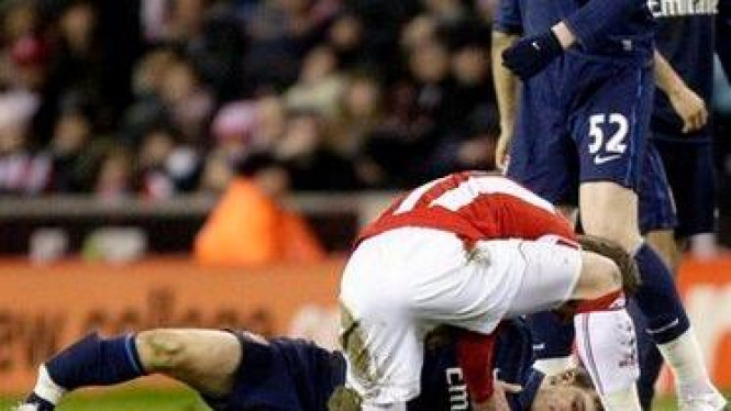 Aaron Ramsey (tergeletak di bawah) patah kaki saat melawan Stoke City