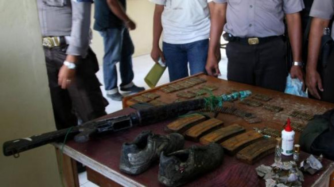 Senjata dan peluru yang diduga milik teroris di Aceh