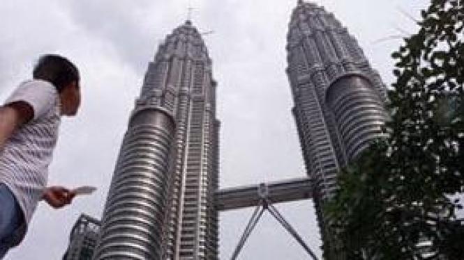 Menara Petronas Malaysia, salah satu ikon Malaysia yang menjadi kunjungan favorit turis.