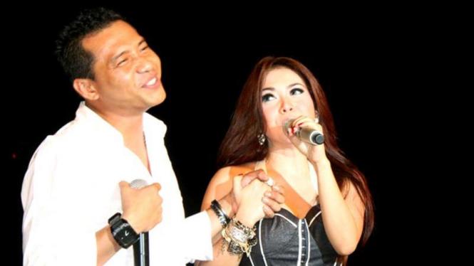 Anang saat duet dengan Syahrini di Plaza Semanggi