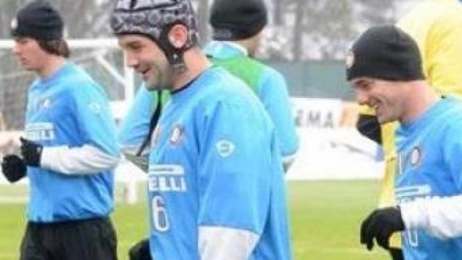 Cristian Chivu gunakan helm pelindung