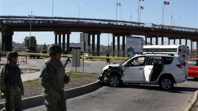 Polisi Meksiko berjaga-jaga di suatu lokasi kejahatan di Kota Ciudad Juarez