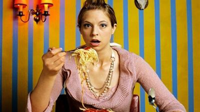 Wanita makan spaghetti