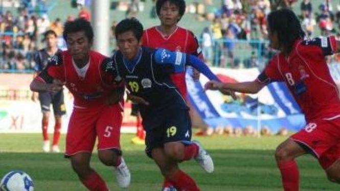 Pemain Arema, Ahmad Bustomi (tengah)