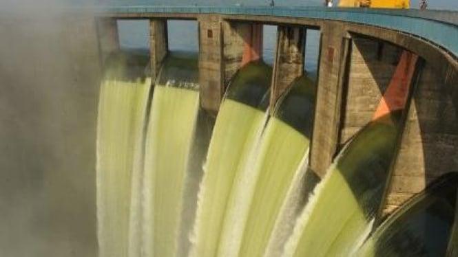 Air masuk kedalam terowongan turbin pembangkit listrik Waduk Jatiluhur