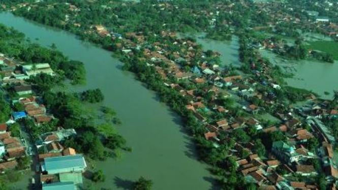 Keadaan banjir di Karawang akibat Sungai Citarum meluap.