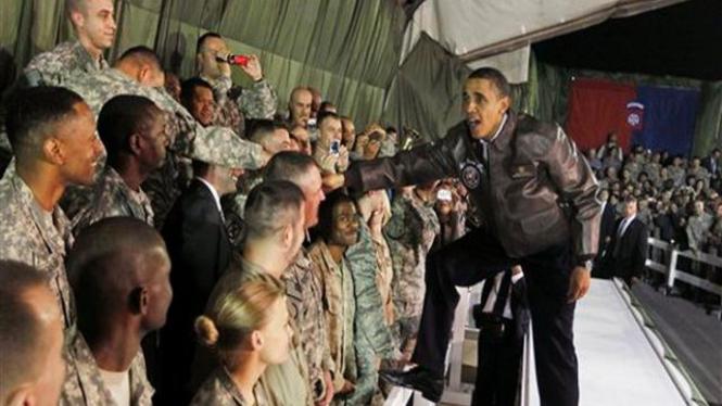 Barack Obama saat menyambangi kamp pasukan AS di Bagram, Afganistan