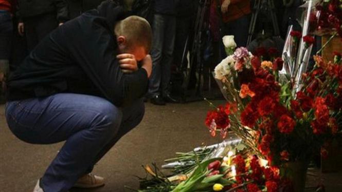 Seorang pria berduka atas serangan bom di Moskow, Rusia