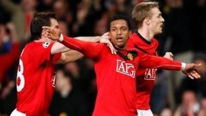 Nani (tengah) merayakan gol dengan Darron Gibson (kiri) dan Darren Fletcher