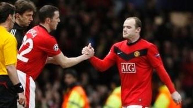 Wayne Rooney (kanan) dan John O'Shea (kiri merah)