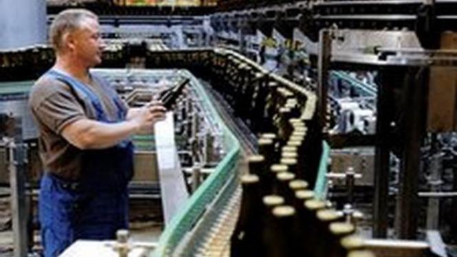 Seorang pekerja di pabrik bir Carslberg di Copenhagen, Denmark