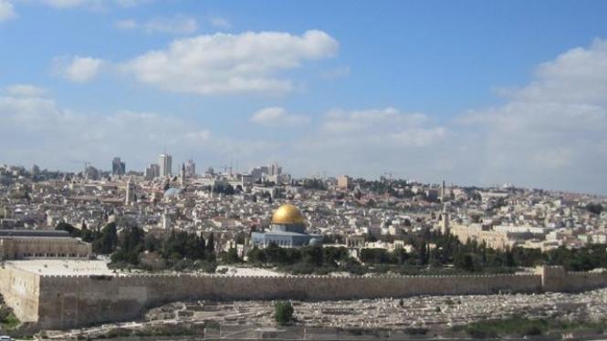 Pemandangan Kota Suci Yerusalem dengan Masjid Kubah Emas.