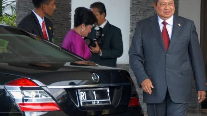 Presiden Susilo Bambang Yudhoyono (SBY) dan mobil dinas RI 1