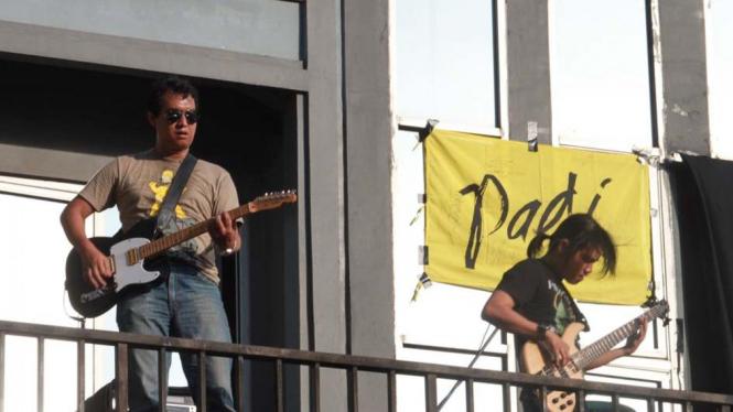 Grup band Padi Menggelar Konser Kecil