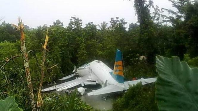 Pesawat Merpati tergelincir lalu patah di Manokwari, Papua