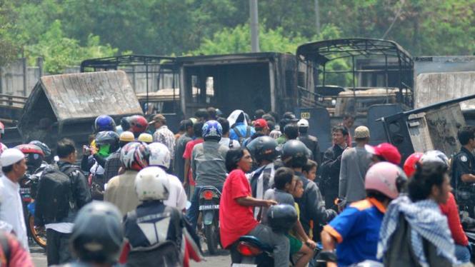 Pasca Kerusuhan Warga Datangi Lokasi Bentrokan